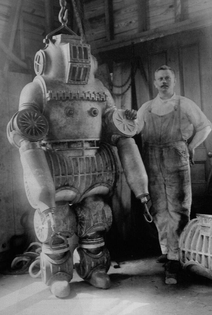Честер МакДаффи и его изобретение - водолазный скафандр весом около 250 кг