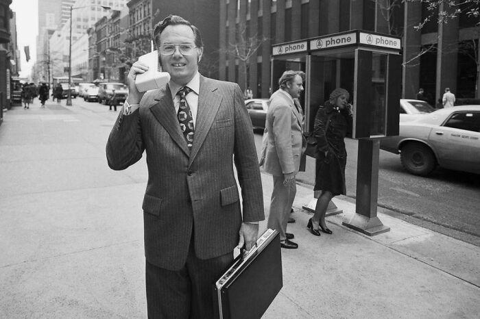Вице-президент Motorola Джон Ф. Митчелл демонстрирует портативный радиотелефон Dynatac