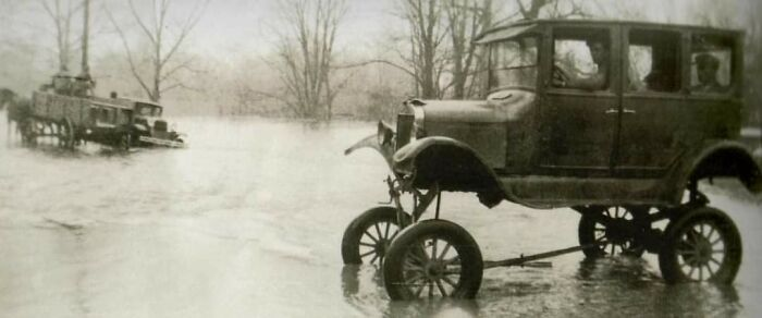 Автомобиль Ford Model T с дополнительным комплектом для поездок при наводнениях