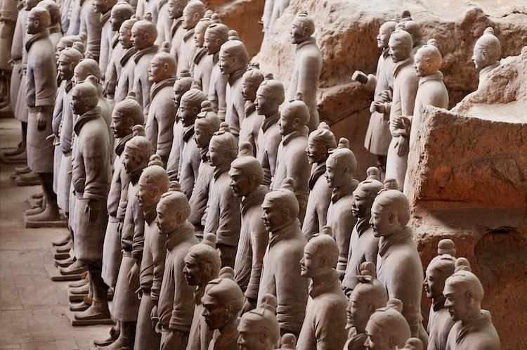 «Терракотовая армия» - захоронение полноразмерных статуй у мавзолея императора Цинь Шихуанди в Сиане