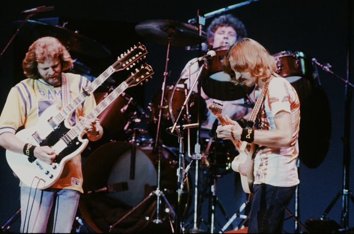 Участники группы Eagles Дон Фелдер, Дон Хенли и Джо Уолш выступают в Токио 17 сентября 1979 года