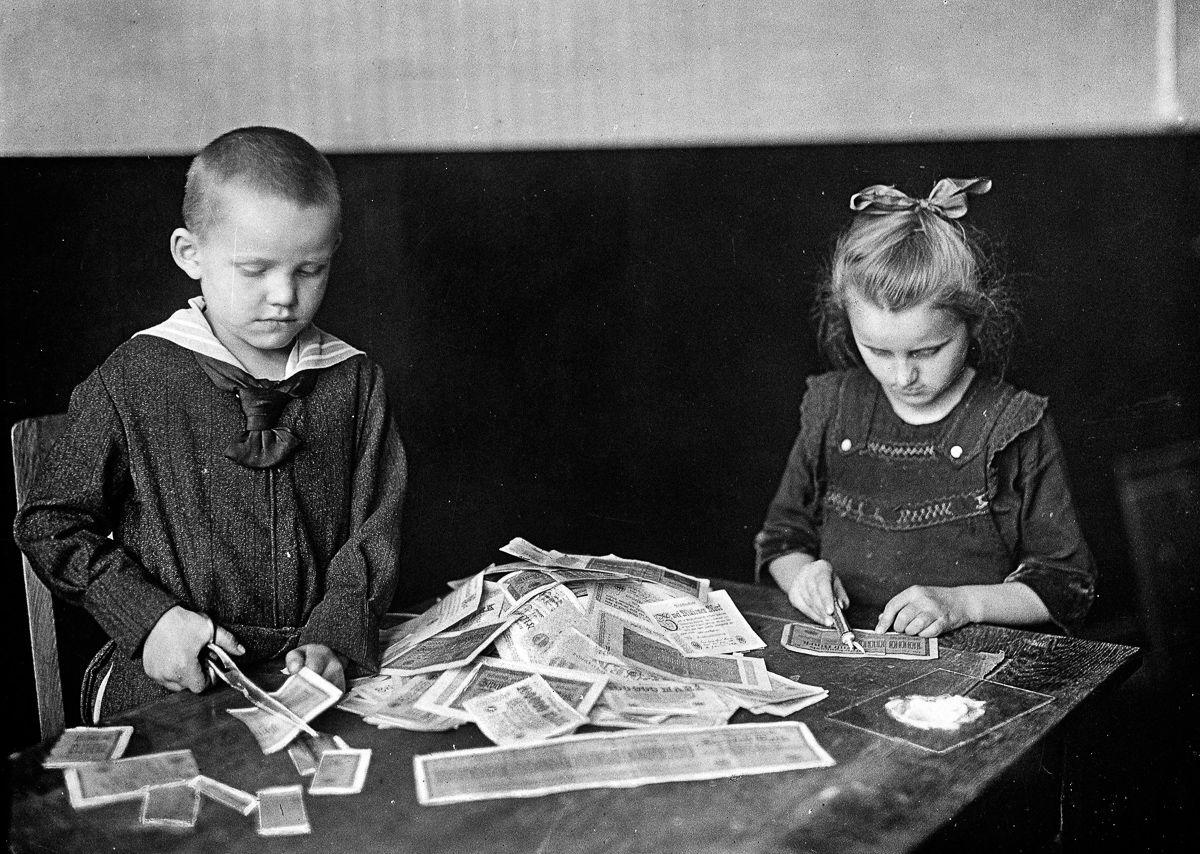 Дети играют с практически бесполезными марками, 1922 год