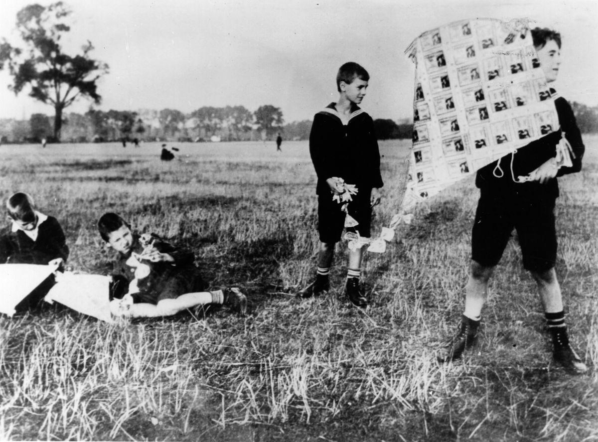 Мальчики запускают воздушного змея из банкнот, 1922 год