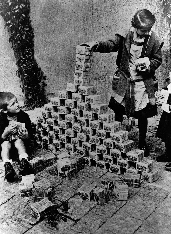 Дети используют пачки банкнот в качестве строительных блоков, 1923 год