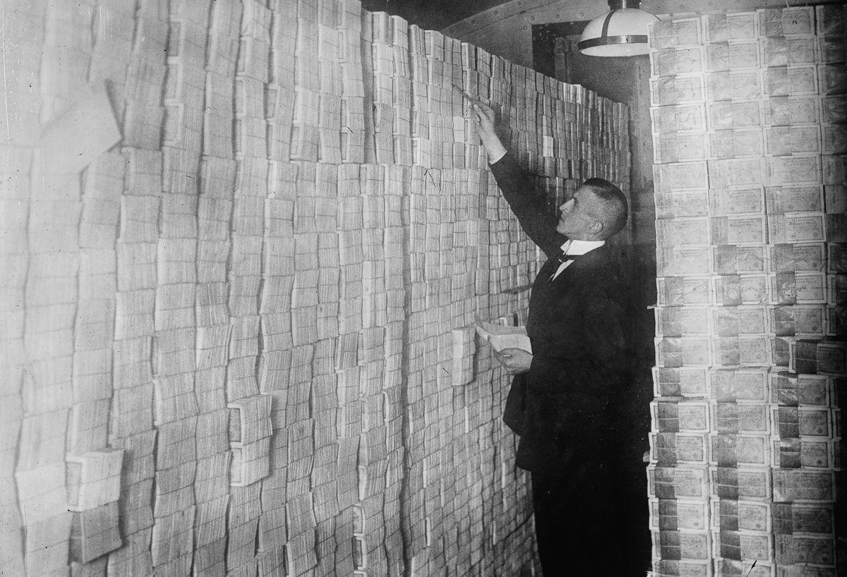 Банкир из Берлина считает стопки купленных марок, 1923 год