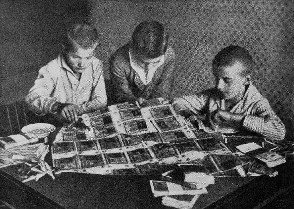 Мальчики используют бесполезные банкноты для декоративно-прикладного искусства, 1923 год