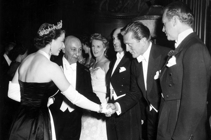 Королева Елизавета II и Кирк Дуглас, 1952 год