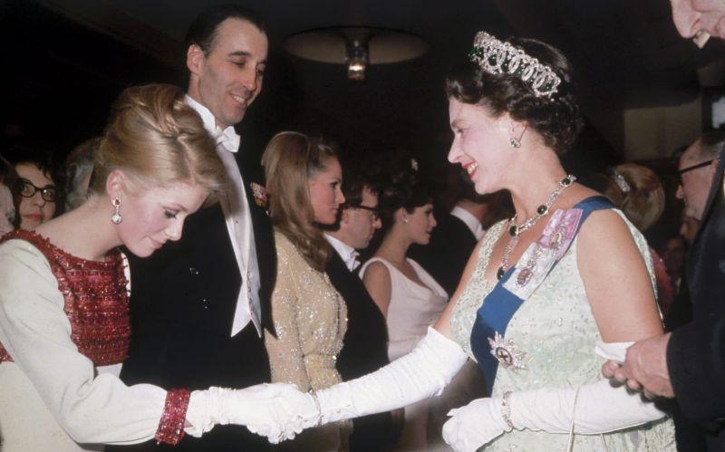 Королева Елизавета II и Катрин Денёв, 1966 год
