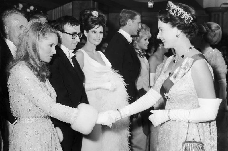 Королева Елизавета II, Урсула Андресс, Вуди Аллен и Ракель Уэлч, 1966 год