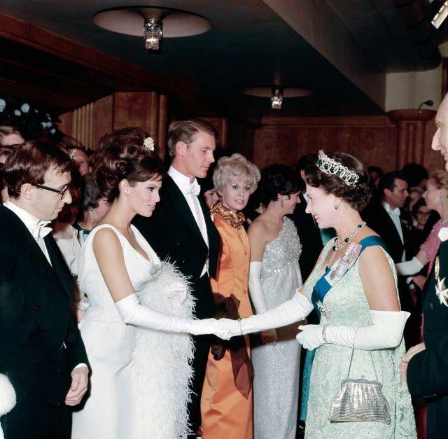 Королева Елизавета II и Ракель Уэлч, 1966 год