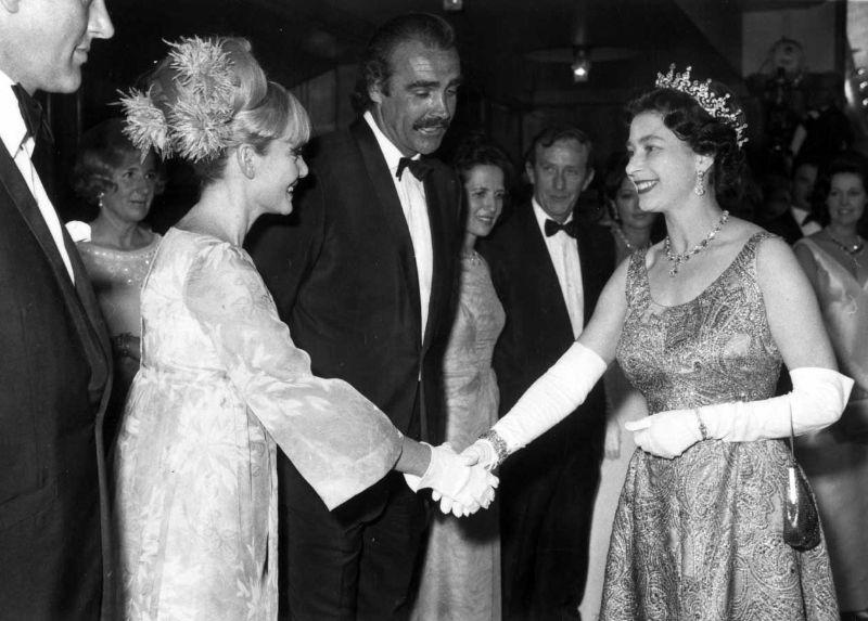 Королева Елизавета II, Шон Коннери и жена Дайан Силенто, 1967 год