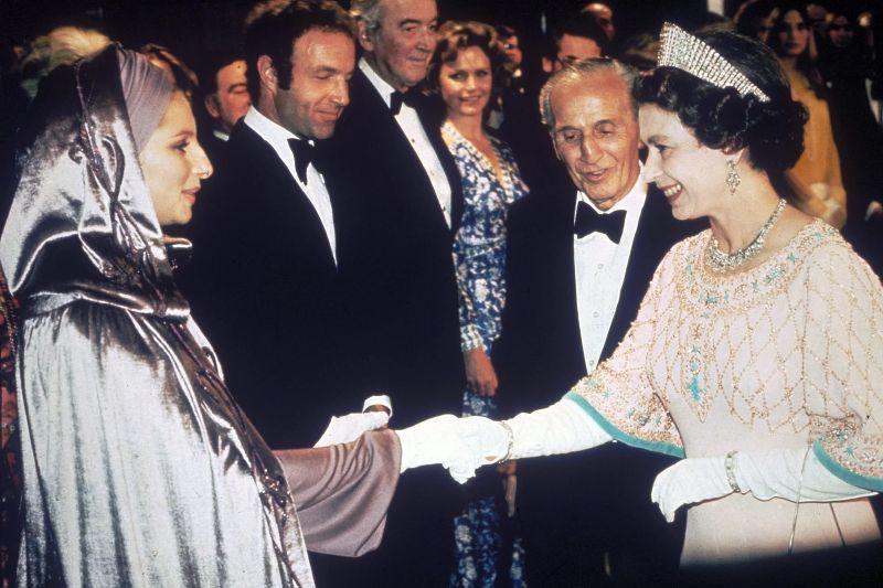 Королева Елизавета II и Барбра Стрейзанд, 1975