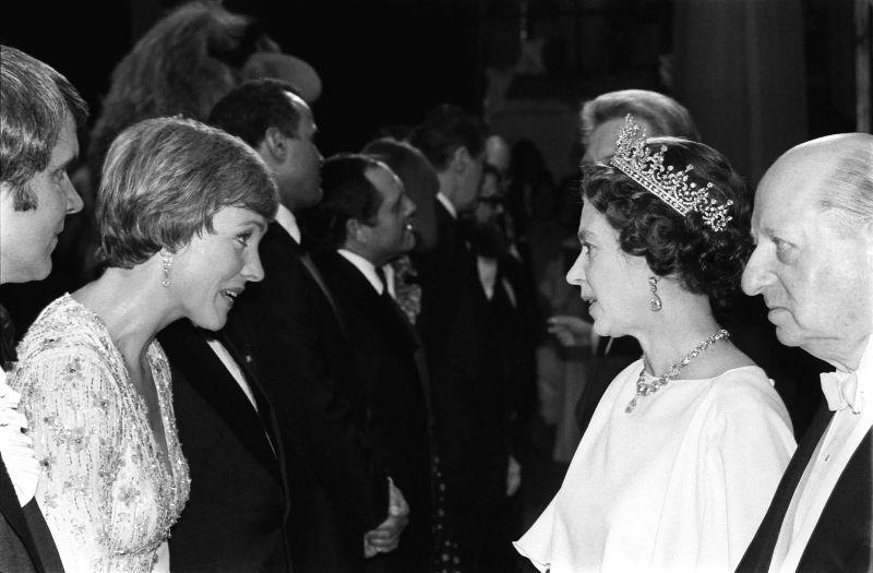 Королева Елизавета II и Джули Эндрюс, 1977 год