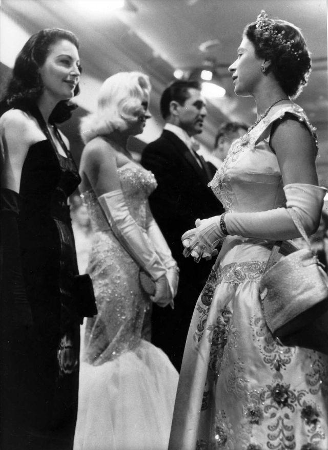 Королева Елизавета II и Ава Гарднер, 1955 год