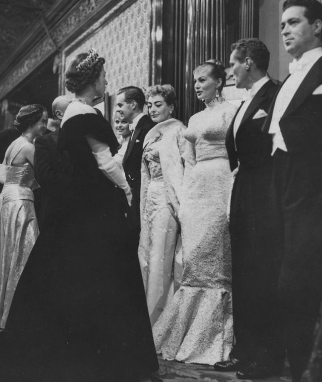 Королева Елизавета II, Джон Грегсон, Питер Финч, Анита Экберг и Джоан Кроуфорд, 1956 год