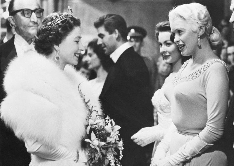 Королева Елизавета II и Джейн Мэнсфилд, 1957 год