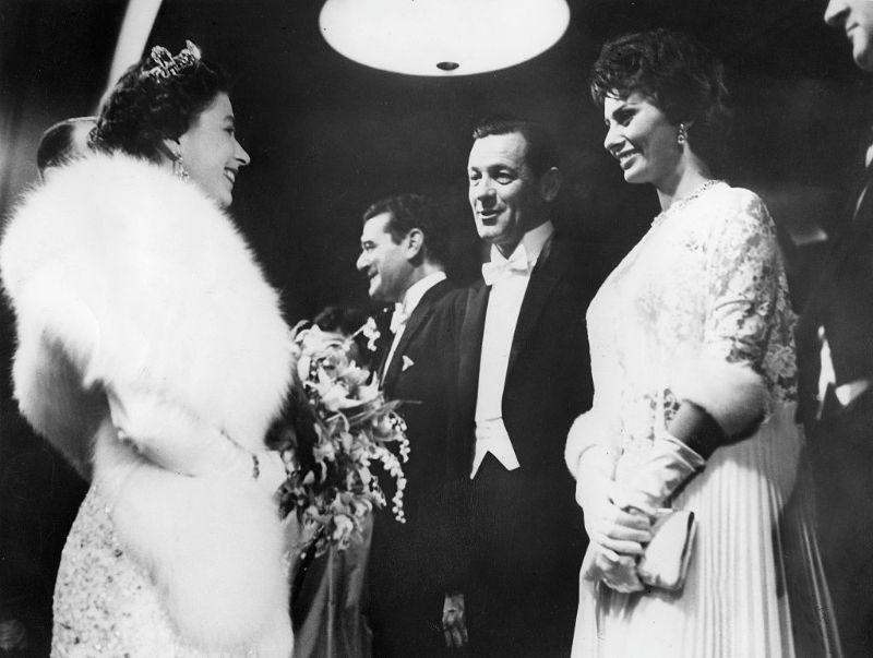 Королева Елизавета II, Уильям Холден и Софи Лорен, 1957 год