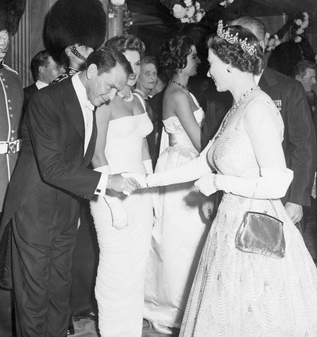 Королева Елизавета II и Фрэнк Синатра, 1958 год