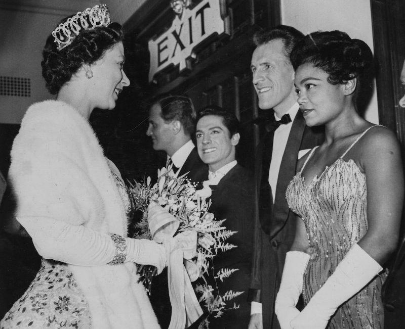 Королева Елизавета II, Эрта Китт, Пэт Бун, Антонио и Брюс Форсайт, 1958 год