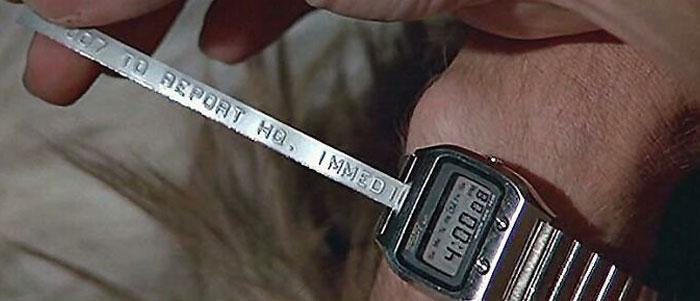 Джеймс Бонд получает сообщение через свои умные часы в фильме «Шпион, который меня любил»