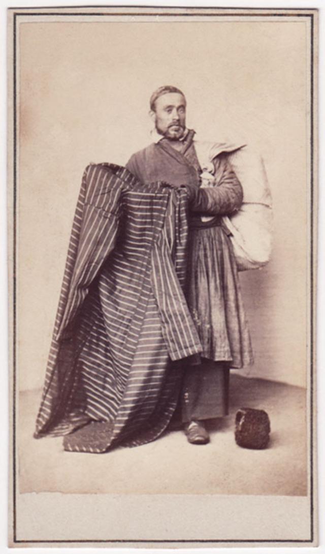 Продавец татарских халатов. Фотограф: Альфред Лоренс