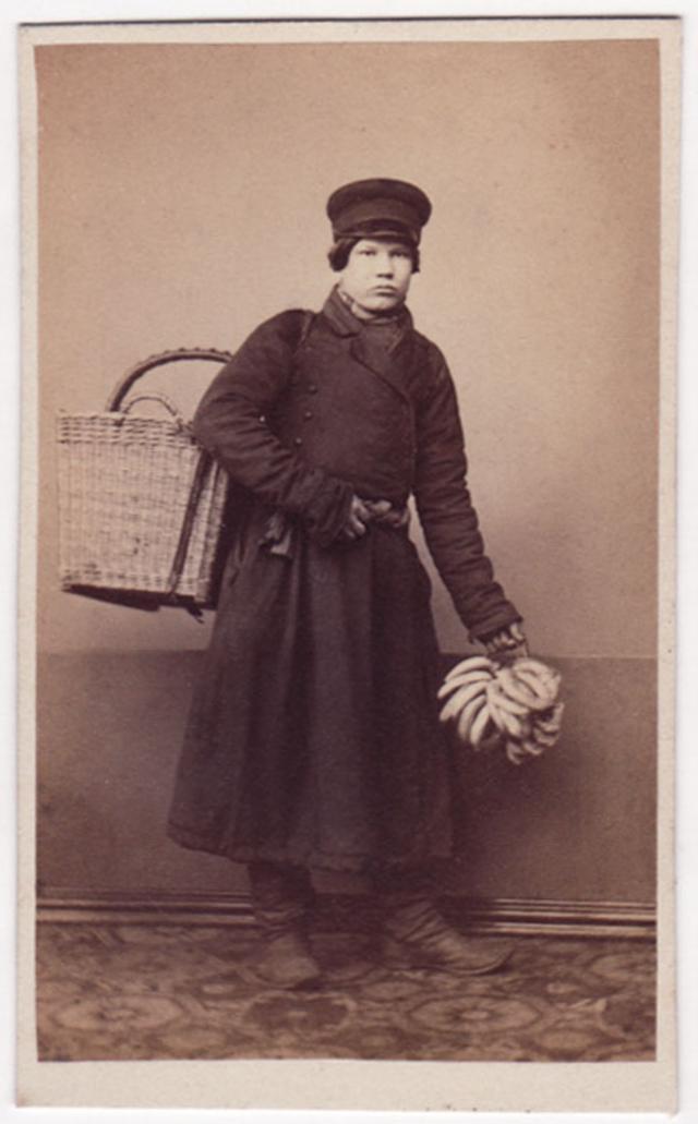 Продавец кренделей. Фотограф: Дж. Монштейн