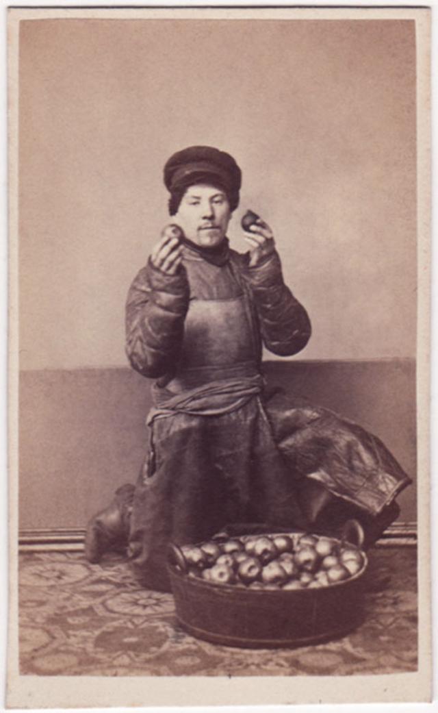 Продавец яблок. Фотограф: Дж. Монштейн