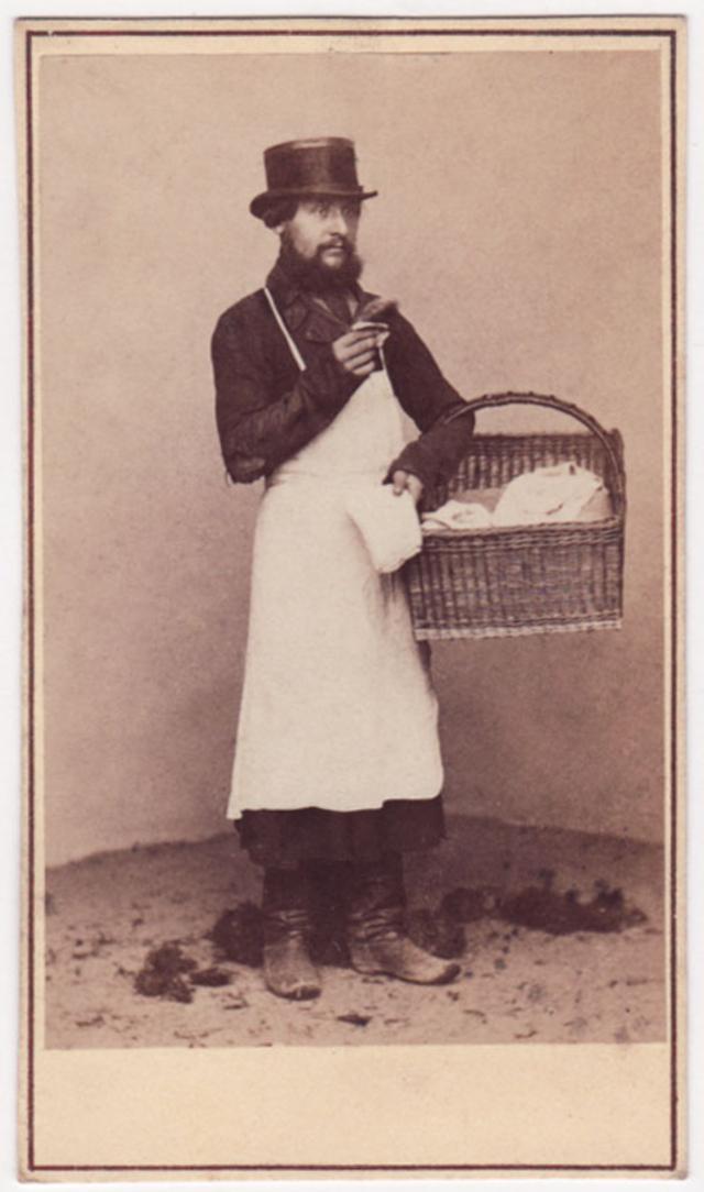 Продавец московского хлеба. Фотограф: Альфред Лоренс