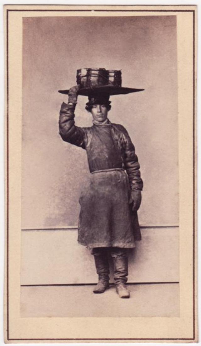 Продавец голландской сельди. Фотограф: Альфред Лоренс