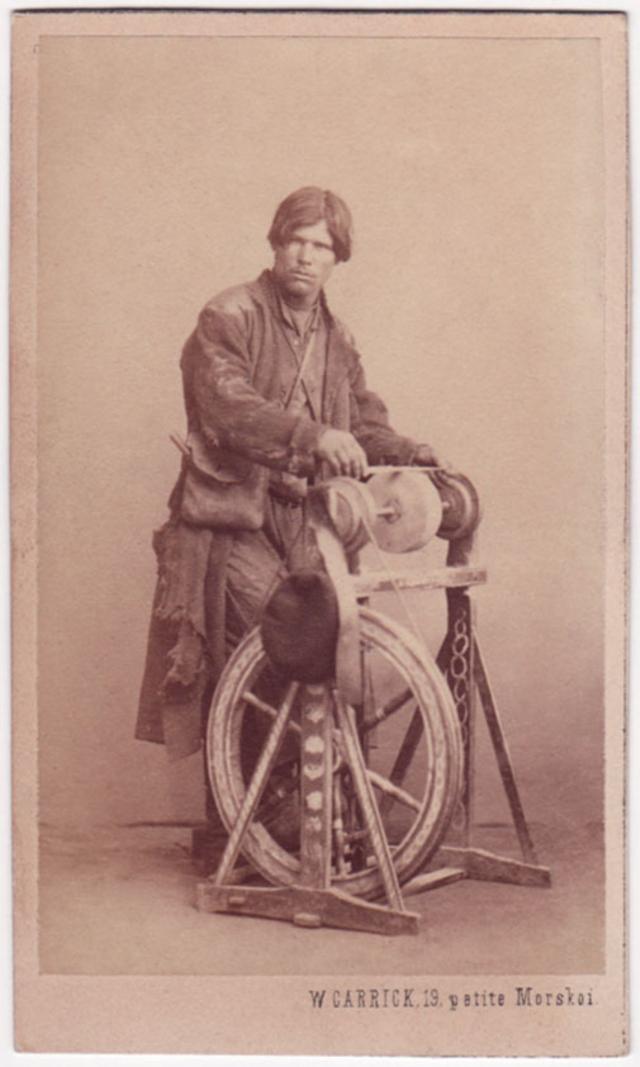 Точильщик ножей. Фотограф: Уильям Каррик