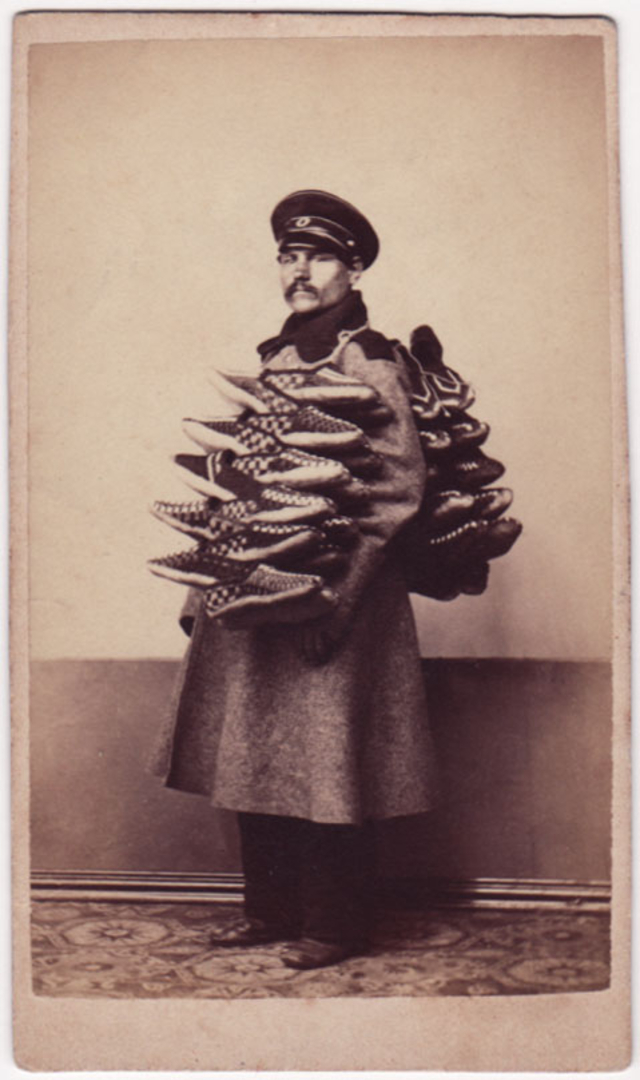 Матрос продаёт тканевые тапочки. Фотограф: Дж. Монштейн