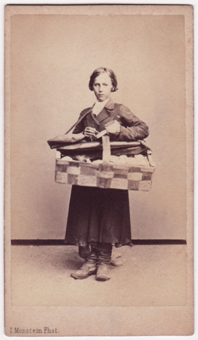 Продавец спичек. Фотограф: Дж. Монштейн
