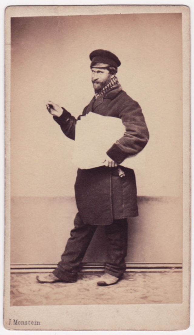 Продавец газет. Фотограф: Дж. Монштейн