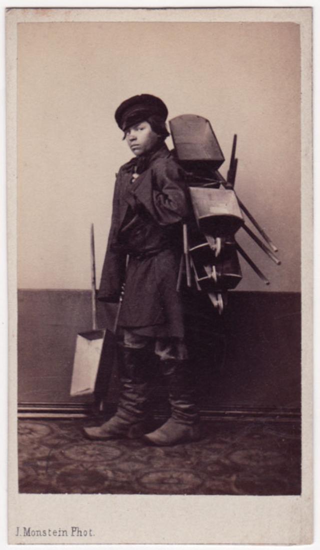 Мальчик продаёт тачки. Фотограф: Дж. Монштейн