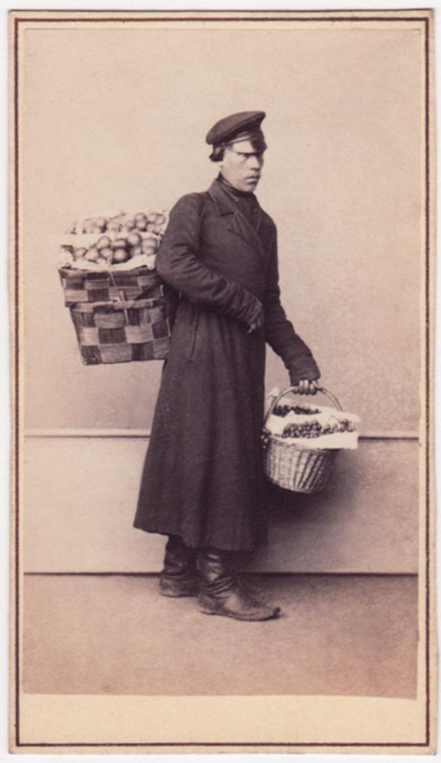 Продавец фруктов. Фотограф: Альфред Лоренс