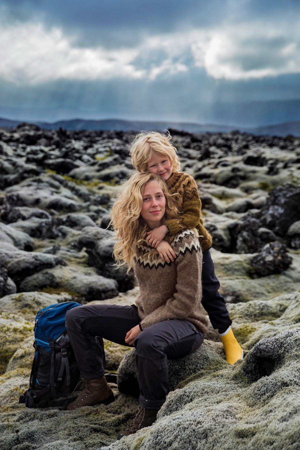 Андреа, гид по приключениям, и её сын Бенджамин (недалеко от Рейкьявика, Исландия)