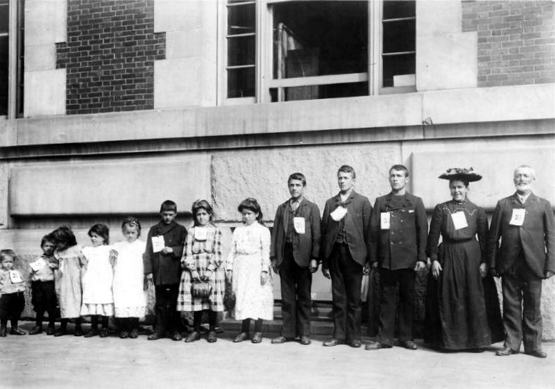 Фотография семьи иммигрантов в США начала 20 века