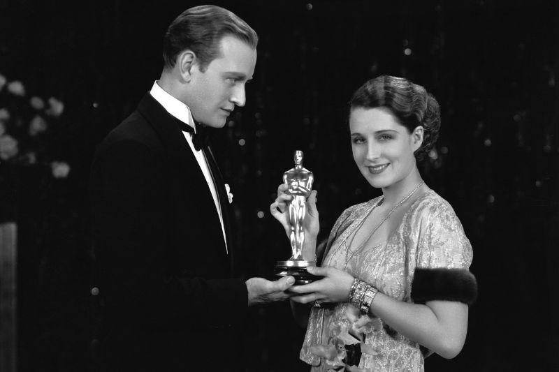 Вице-президент Академии кинематографических искусств и наук Конрад Найджел вручает «Оскара» актрисе Норме Ширер, 1930 год