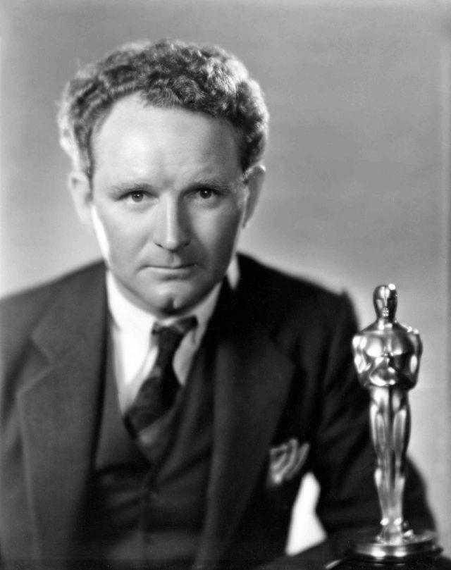 Победитель в категории « Лучшая режиссёрская работа (драма)» за фильм «Седьмое небо» Фрэнк Борзейги позирует со своей наградой, 1929 год
