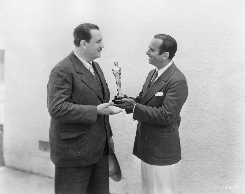 Ведущий церемонии Дуглас Фэрбенкс вручает награду Джозефу Фарнэму, 1929 год