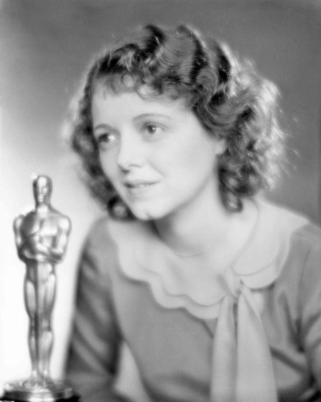 Джанет Гейнор получила награду в категории «Лучшая женская роль» за роли в фильмах «Седьмое небо», «Уличный ангел» и «Восход солнца: песня двух людей», 1929 год
