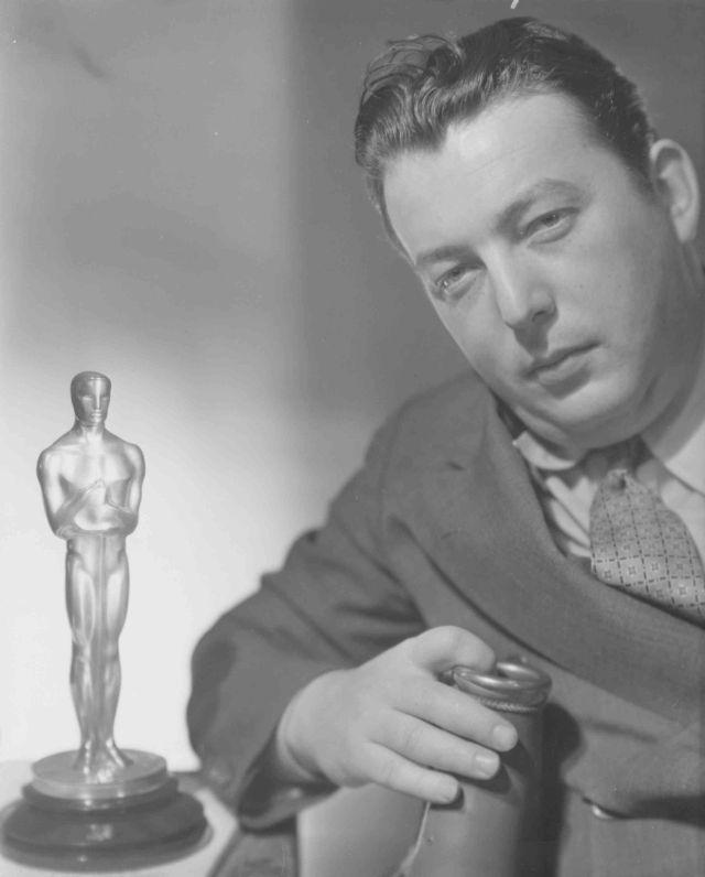 Льюис Майлстоун и его награда за победу в категории «Лучшая режиссёрская работа (комедия)» за его фильм 1927 года «Два аравийских рыцаря», 1929 год