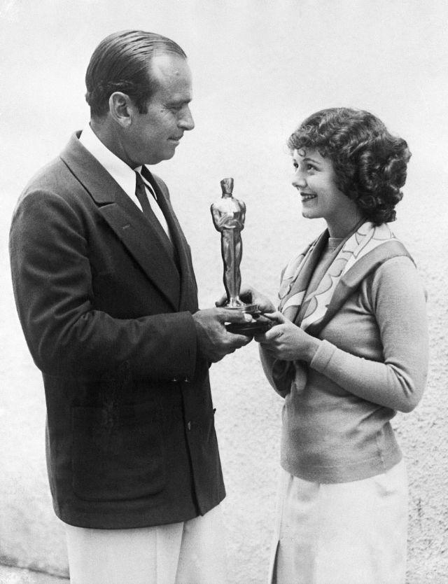 Дуглас Фэрбенкс вручает награду Джанет Гейнор, 1929 год