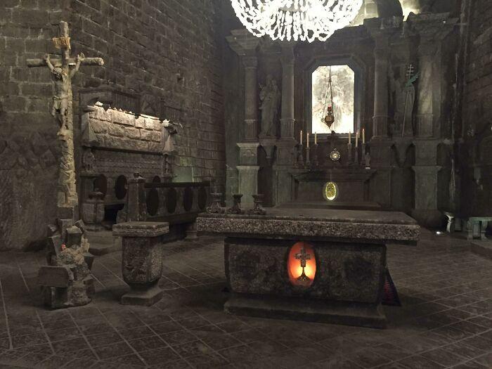 Алтарь церкви в Польше похож на скриншот из видеоигры