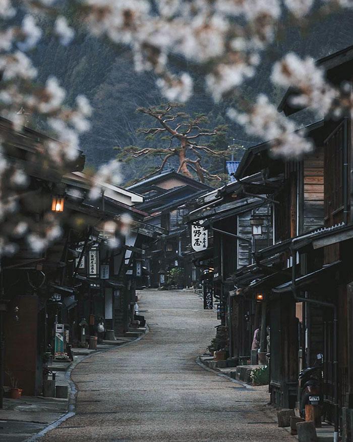 Старый город в Японии, похожий на съёмочную площадку фильма