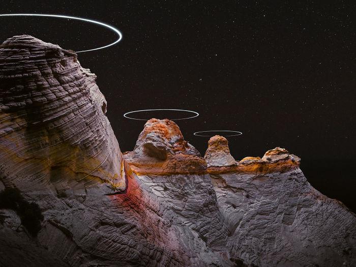 Фотография дронов, кружащих в горах, сделанная с длинной выдержкой, похожа на научно-фантастический пейзаж
