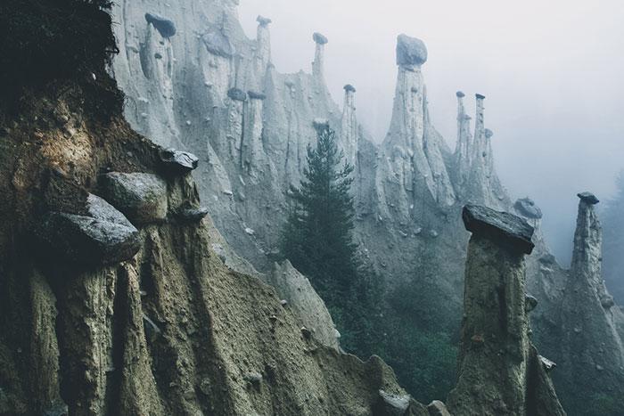 «Земляные столбы Ренона» в Южном Тироле, Северная Италия, выглядят как декорации из фильма об инопланетянах
