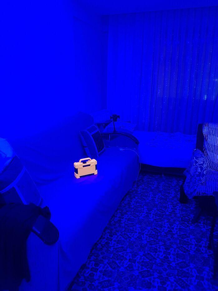 Оранжевый ящик для инструментов в синем освещении выглядит как предмет из видеоигры