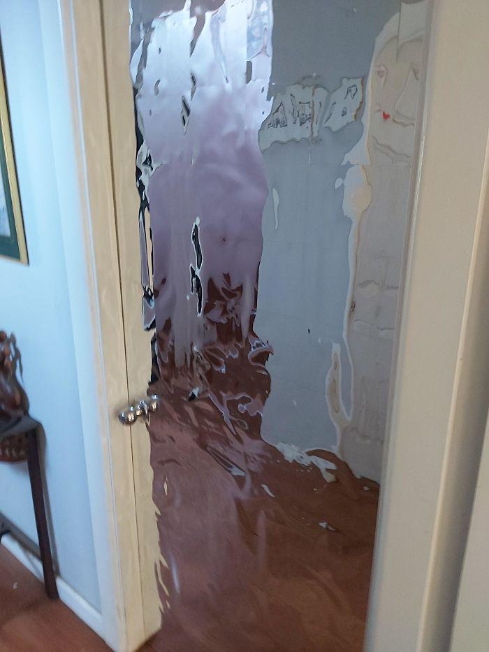 Дверь, покрытая зеркальной бумагой, выглядит как какой-то портал