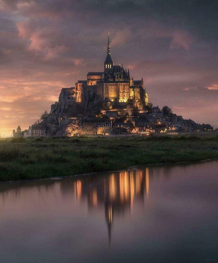 «Мон-Сен-Мишель» во Франции выглядит как логотип «Диснея» в реальной жизни